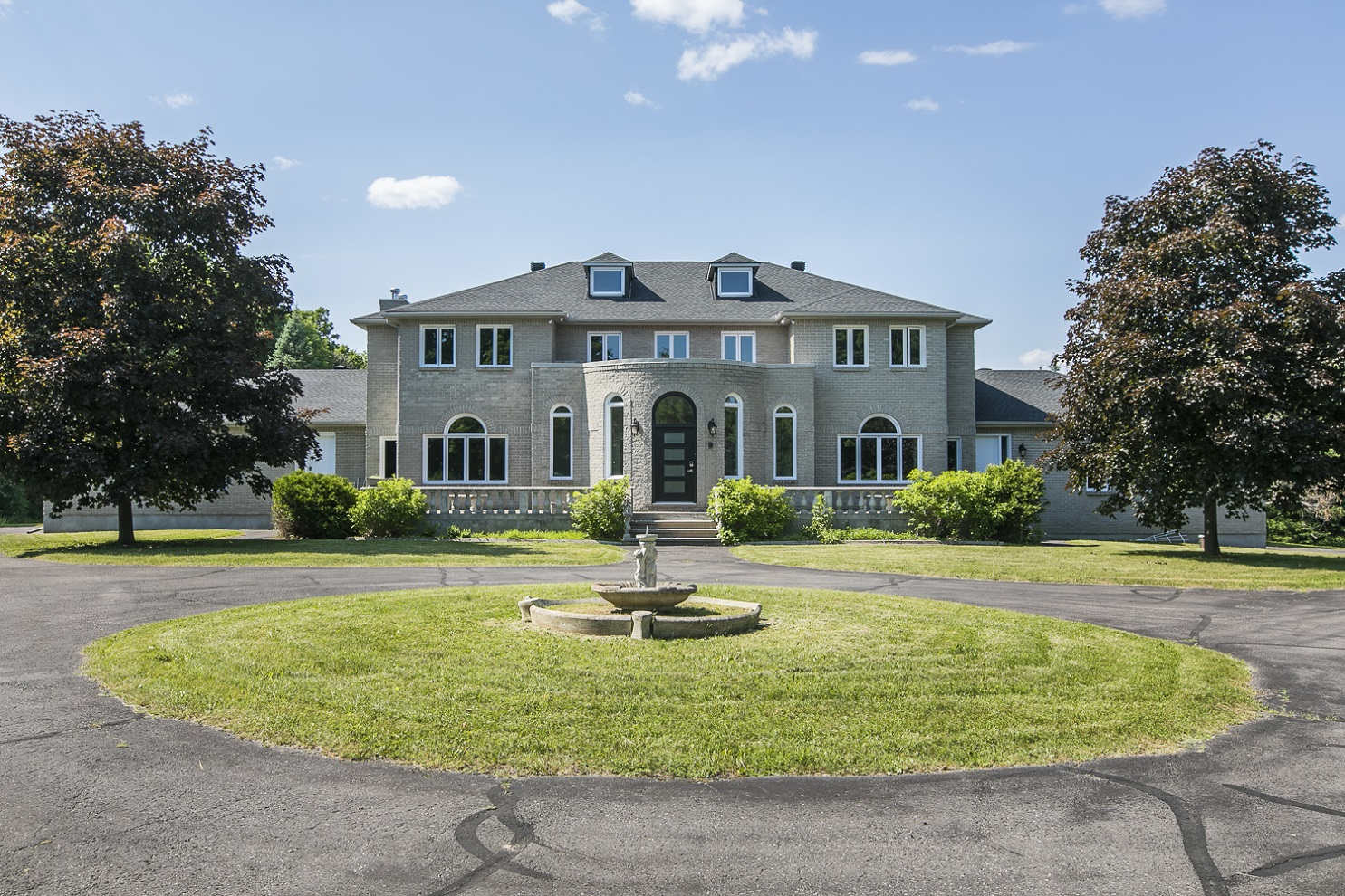5749 Knights Drive | Beautiful Executive Home in Manoticks Rideau Forest