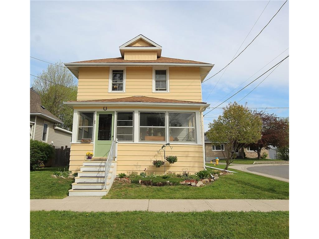 1 Clyde St - Lovely 2 Storey Detached Home in the Town of Perth!