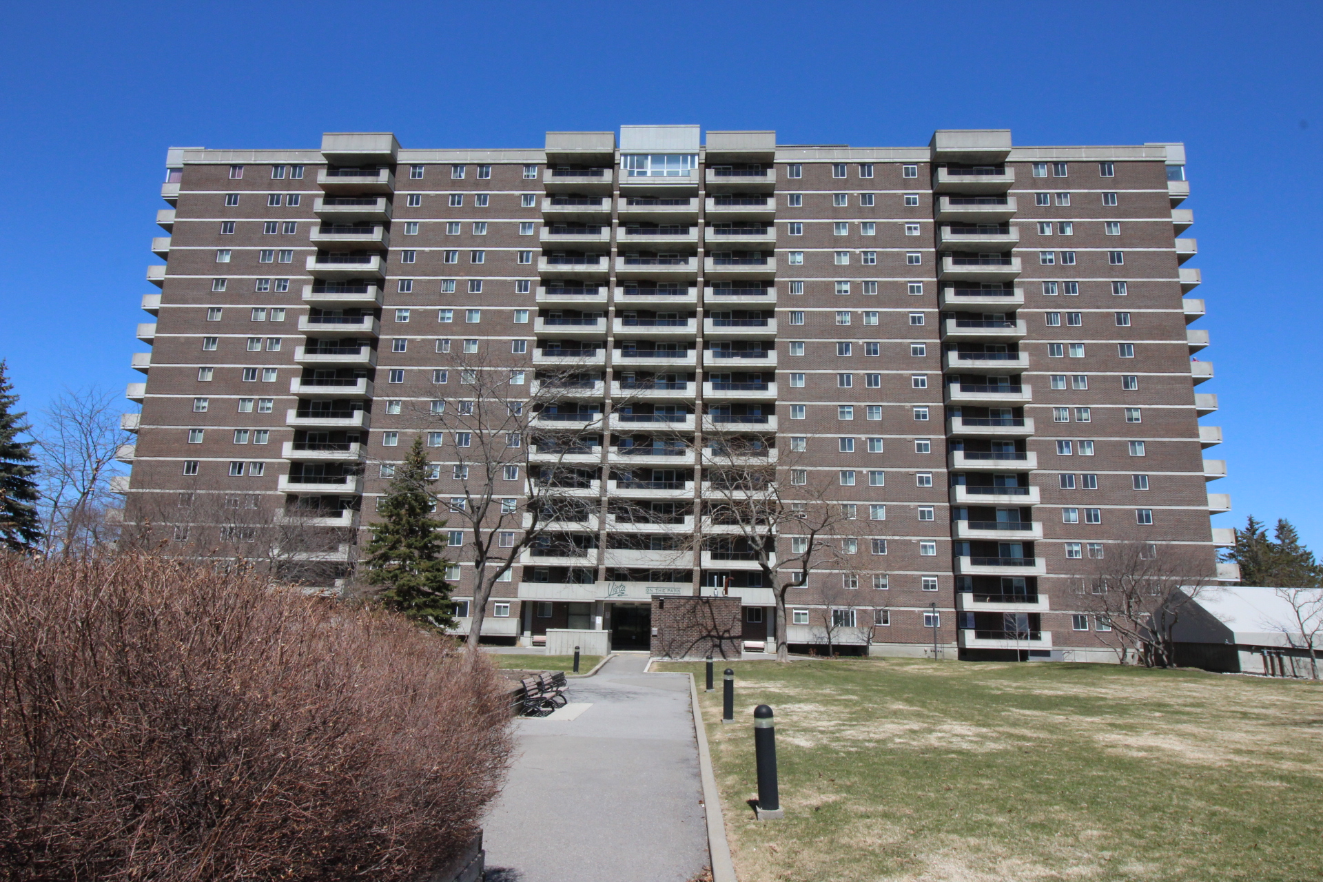 110-1705 Playfair Dr - Lovely Spacious Condo Apartment in popular area of Alta Vista!
